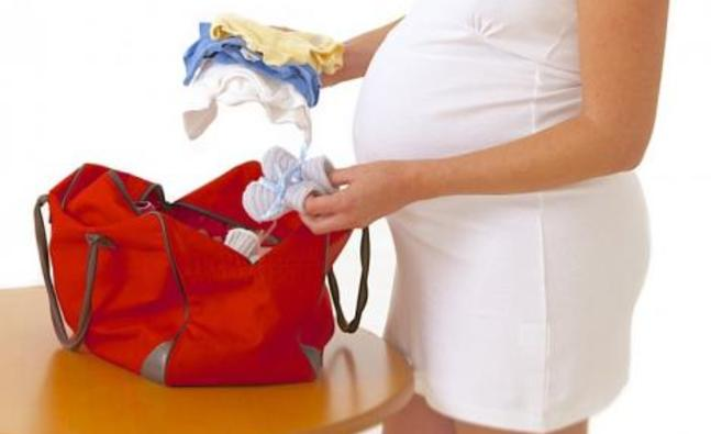 pregnant_and_packing_hospital_bag_fotolia_45665164_subscription_l_417609305_detail