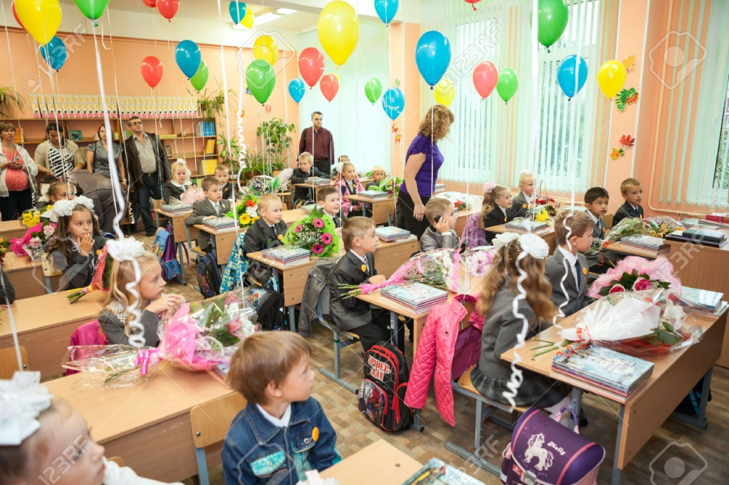 30093680-SAINT-PETERSBURG-RUSSIA-SEPTEMBER-1-2013-Pupils-sit-in-the-classroom-at-first-lesson-in-elementary-R-Stock-Photo