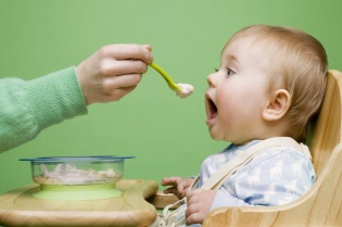 Introducing-solids-to-babies